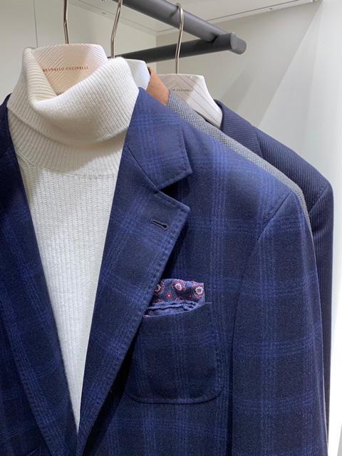 <b>ブルネロ クチネリ</b></br>紺系の柄ジャケに、白タートル。白タートルは、上品さを出すには最高の助っ人だ。