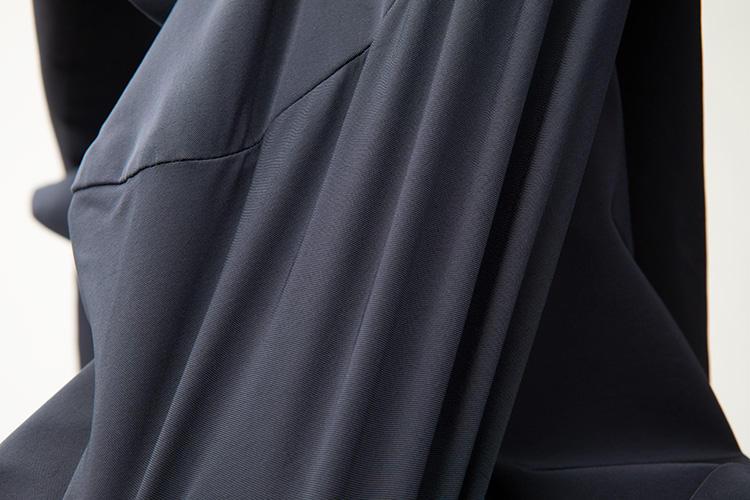 <strong>すこぶる伸びるストレッチ生地</strong><br />ナイロン89%、ポリウレタン11%のストレッチ生地を採用。伸縮性のある生地をバイヤスでカッティングし、かつ立体的に縫い上げるのは卓越した縫製技術が求められる。ジャパンメイドの技術力の粋が込められている。