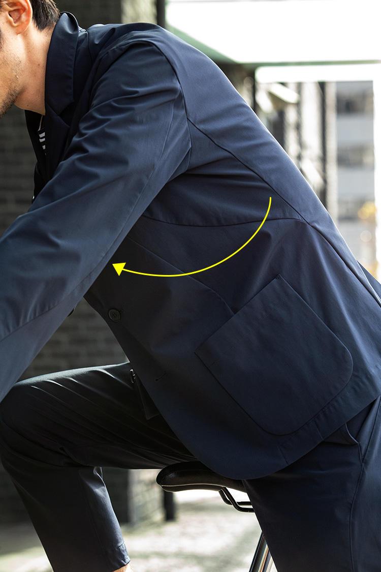 <strong>光工学で骨格筋を解析して生まれたデザインシーム</strong><br />肩から脇下にかけて、Rを描くハギ目(生地)が取られている。これにより、現代人が多用する前への腕振りの動きが取りやすい。このシームのおかげで、現代人の動作に文字通りシームレスに追随する。