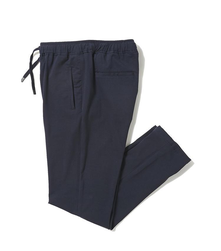 <b>2.チルコロ 1901のジャージパンツ</b><br />1と同素材でセットアップとして着られる、ネイビーのジャージパンツ。シルエットはすっきりしたテーパードシルエットで、通勤で着てもだらしなく見えない。2万7000円(ジェンテ ディ マーレ)