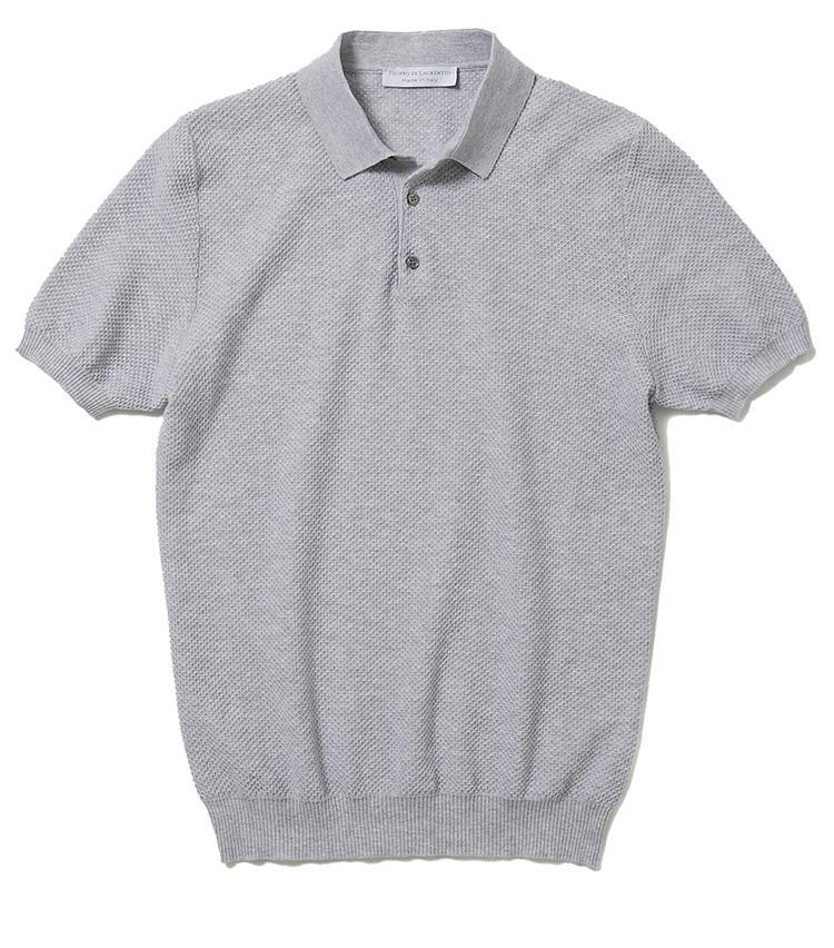 <b>14.フィリッポ デ ローレンティスのニットポロ</b><br />グレーのコットンニットポロは、ワッフル状の変わり編みが無地でも周囲との違いを発揮。立体的な編み地のため、汗をかいても肌に張り付きにくい。2万3000円(ジェンテ ディ マーレ)