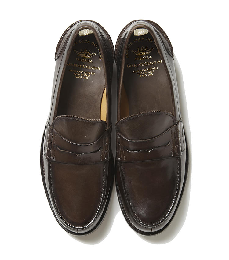 <b>21.オフィチーネ クリエイティブのコインローファー</b><br />20と同じイタリアブランドのコインローファー。どっしりとした重厚感がある靴は、パンツとバランスを取りやすい。高めのヒールも美脚を演出。7万円(ジェンテ ディ マーレ)
