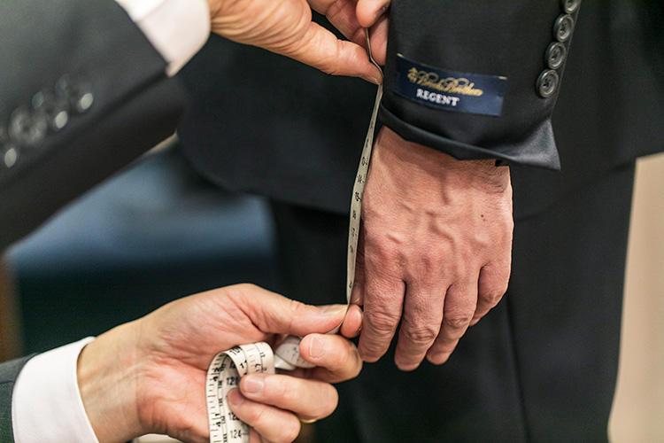 <strong>袖丈の基本は親指の先から11cmほど</strong><br />ベースはこの基準値ですが、今回はわずかに短くし、親指の先から12cmほどに詰めることに。そのココロとは……?