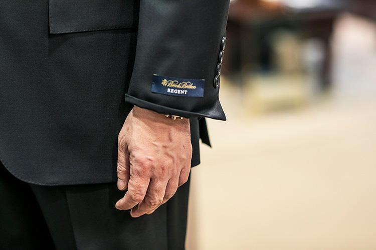 <strong>袖丈はパンツの丈との調和が大切!</strong><br />「ノークッションやハーフクッションの軽やかなパンツ丈の場合、ジャケットの袖丈も短めにしたほうがバランスがいいんです」と大平さん。こうした細かなバランスまで見て調整してくれるのは頼もしい限り。