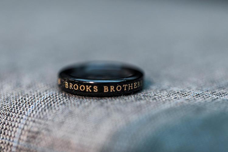 <strong>オーダーフェア中は特別なボタンもチョイス可能!</strong><br />リアルホーンのボタンに「BROOKS BROTHERS 1818」と刻まれた特別な仕様。フェア期間限定のアイテムだ。