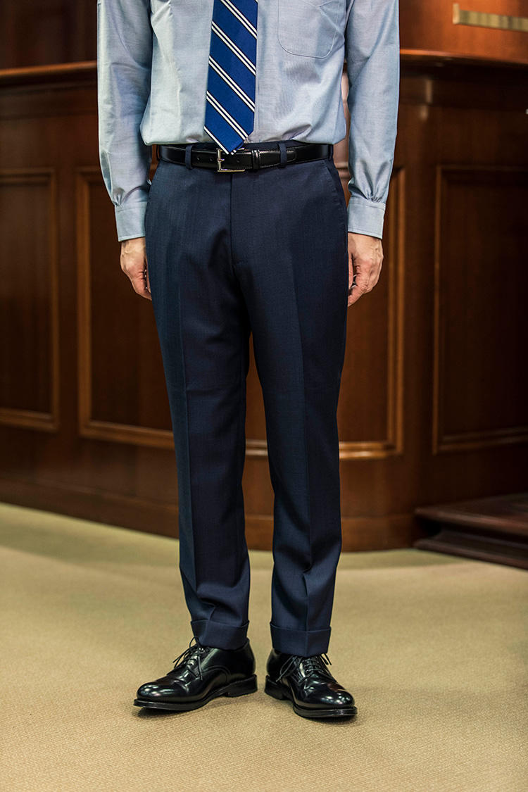 <strong>裾は軽いハーフクッション</strong><br />クッションがわずかに付く程度のレングス。細身のパンツシルエットに相性のいい丈感が、落ち着いた印象に見せてくれる。