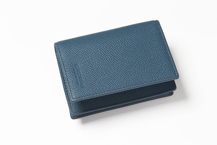 <strong>GIORGIO ARMANI/ジョルジオ アルマーニ</strong><br />シボが美しいグレインカーフスキンのカードホルダー。型押しで入るブランドロゴも控えめな印象だ。縦8×横11×マチ2cm。3万7000円(ジョルジオ アルマーニ ジャパン)