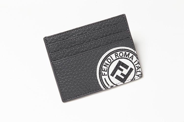 """<strong>FENDI/フェンディ</strong><br />厚手でソフトなローマンレザーを使ったフラットタイプのカードケース。""""ダブルF""""をモチーフにしたコントラストカラーのフェンディスタンプは、パッチで後付けされている。縦8×横10cm。3万7000円(フェンディ ジャパン)"""