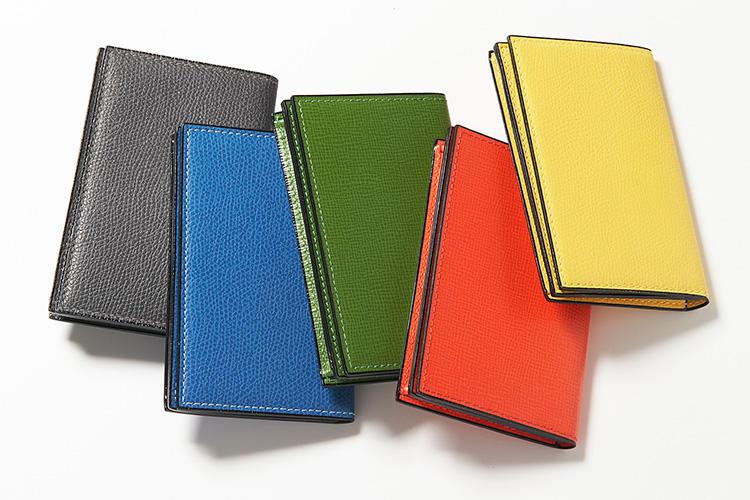 <strong>Valextra/ヴァレクストラ</strong><br />カラフルなコレクションが揃うカードケースのコレクション。ビジネスシーンに使えば、堅苦しい初対面の名刺交換の席も打ち解けそう。縦7x横11.5×マチ1.5cm。グラスグリーン、オレンジ、コバルトブルー、ロンドングレー、イエロー:各3万9000円(ヴァレクストラ・ジャパン)