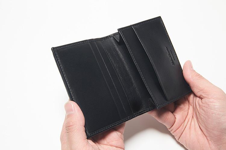 同・開けたところ<br />内装はスムースレザーとブランドロゴをジャカードで織り込んだファブリックを使っている。カードポケットを4箇所配置。