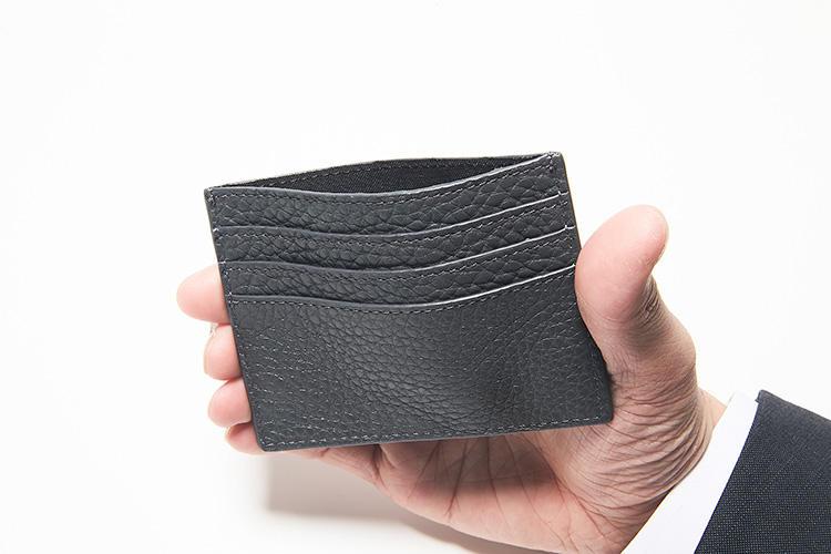 同・開けたところ<br />前後に3箇所ずつ計6箇所のカードスロットを配置。センターポケットはやわらかなローマンレザー製ゆえ、片手で簡単に押し広げられる。