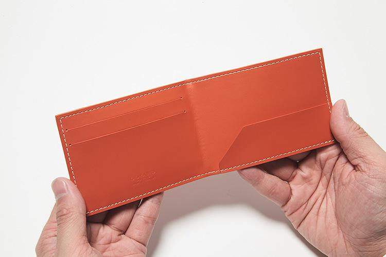 同・開けたところ<br />内装には外装カラーのスムースレザーを採用。チケットや紙幣を差し込むのに便利なスリット式のホルダーポケットと、カードポケットを2箇所配置。