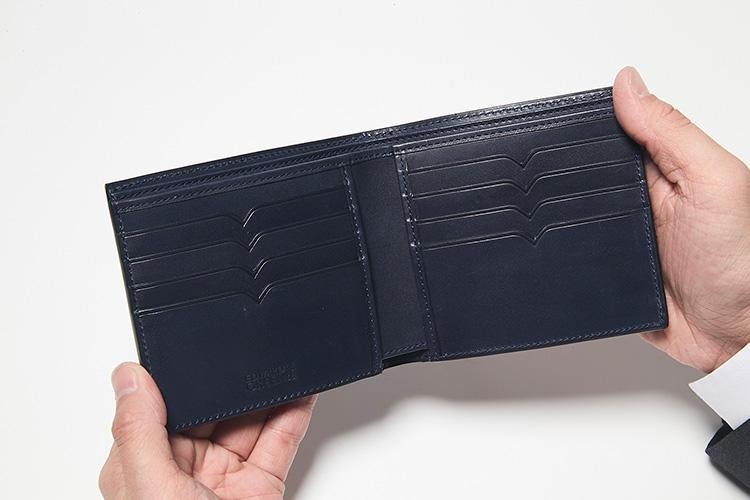 <strong>機能性も備えたV字のポケット</strong><br />カードポケットの中央にV字の切れ込みが入っているのが特徴的。実はこちらも「ガルウェイ」のサイドパネルから採った意匠で、デザイン性だけでなくカードを取り出しやすい機能性も備えている。