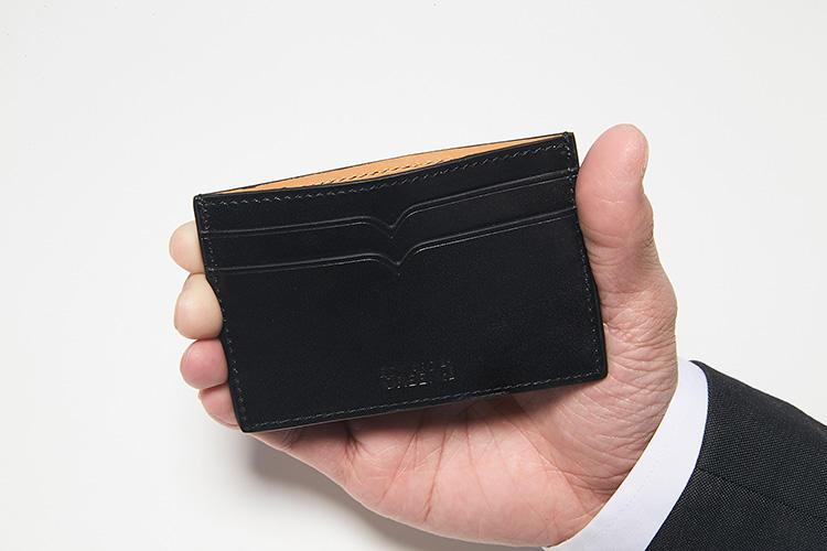 <strong>カードケースも収納力に配慮</strong><br />マチなしのカードケースも、サイドを2ポケットとして収納力をアップ。キャッシュレス化が進む今、電子マネーとクレジットカードを入れておけば、ちょっとした外出はこれだけで対応できる。