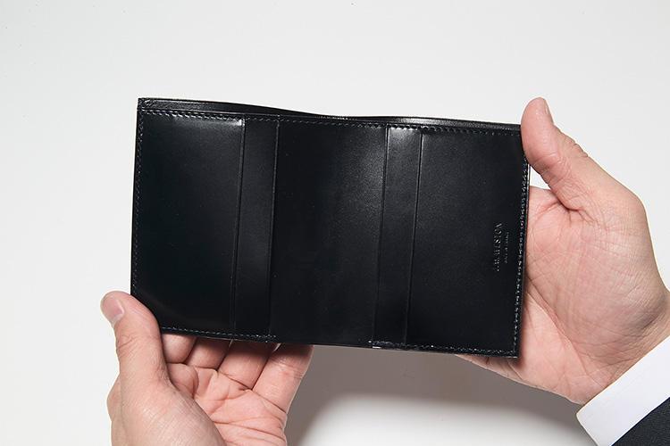 <strong>シンプルなエレガンスを重視した作り</strong><br />札入れとカードポケット計4つのシンプルな作り。パーツが少ないぶん、ボックスカーフの美しさが存分に発揮されている。