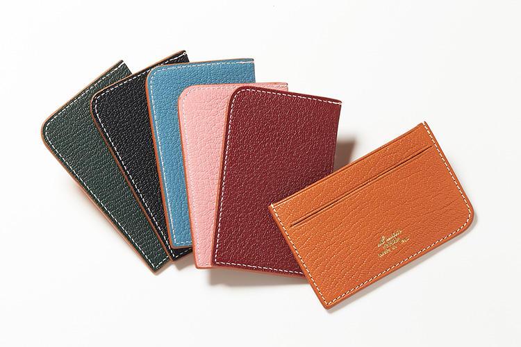 <strong>イルミーチョ ディ ヒデタカ フカヤ</strong><br />イタリアのビスポークシューズブランドが手掛ける、山羊革製のカラフルなカードケース。必要最小限のカードが入るように、ポケットは2つのみとミニマムな作りになっている。縦6.5×横10.5×マチ0.4cm。各2万円(トゥモローランド)