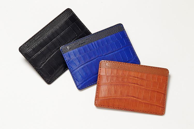 <strong>ジャン・ルソー</strong><br />フランス伝統の職人技で革製品を手掛けるジャン・ルソー。程良い光沢のアリゲーターレザーが上品なカードケースは、薄マチながら5ポケットを装備。カーフやリザードなど好みの革でオーダーもできる(料金別途)。縦7×横9.8cm。各5万7000円(アトリエ ジャン・ルソー)