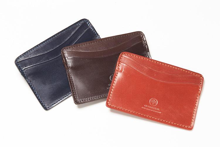 <strong>グレンロイヤル</strong><br />名刺のほか、ICカードやクレジットカードなどが収まるポケットを5つ搭載した「ビジネスカードホルダー」。無骨なフルブライドルレザー製で、使い込むほどに味わいも増し、愛着もひとしお。縦7.5×横10.5cm。各1万2000円(ブリティッシュメイド 銀座店)