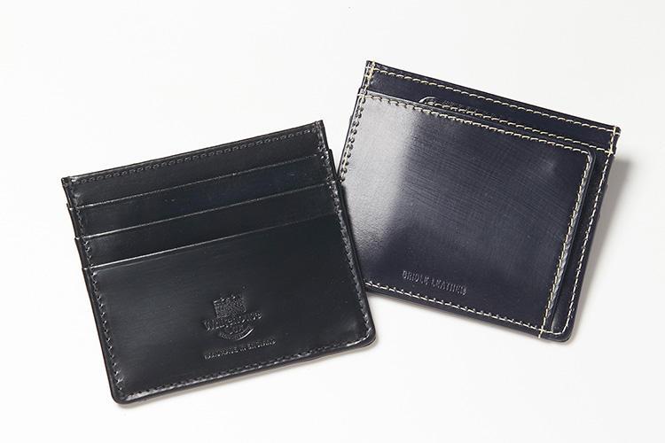 <strong>ホワイトハウス コックス</strong><br />ブライドルレザー製の「S1014 CARD CASE」は、シャツの胸ポケットにも収まる薄さと軽さ。前面にICカードやクレジットカードの収納に便利なカードポケット3つを装備するほか、背面にはチャージ用の紙幣などをしまえるスナップボタン付きポケットを搭載した珍しい作り。上部にはチケットなどを収まる深めのポケットも備わる。縦8.5×横10cm。各2万円(グリフィンインターナショナル)
