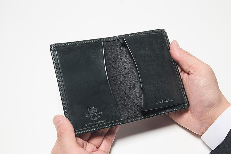 同・開けたところ<br />メインポケットにはマチがあるため出し入れがしやすい。