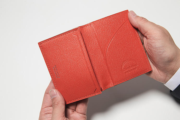 同・開けたところ<br />多彩なポケットのおかげで、機能性にも優れ、名刺も整理しやすい。
