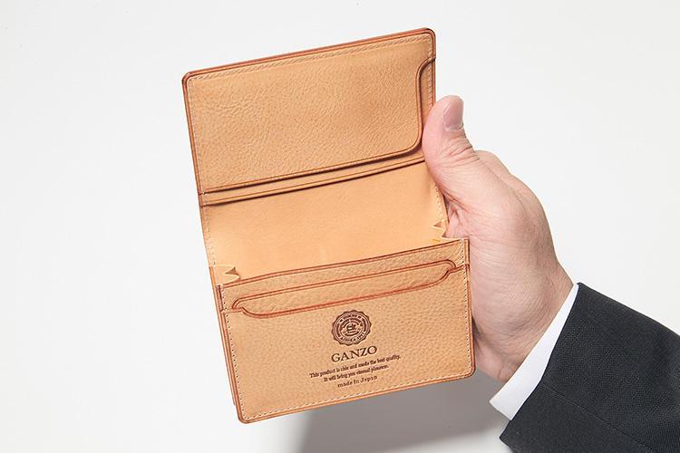 同・開けたところ<br />普通名刺サイズなら約100枚収納可能。ポケットの独特な形状は、名刺をすっと取り出しやすい。