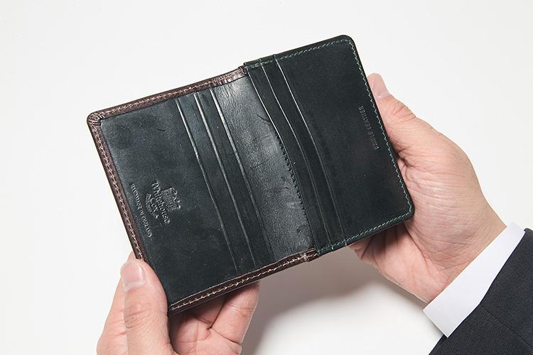 同・開けたところ<br />ポケットは内側に6つ、外側に1つと収納力抜群。内側には革好きならひと目でわかる、刻印も施されている。