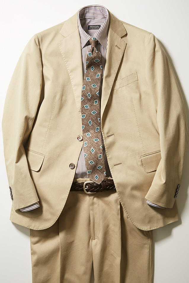 夏のコットンスーツの腰回りに少し遊びを加えたいときは、細幅のメッシュベルトで。スーツ24万円、シャツ3万3000円、ネクタイ2万円/以上スティレ ラティーノ