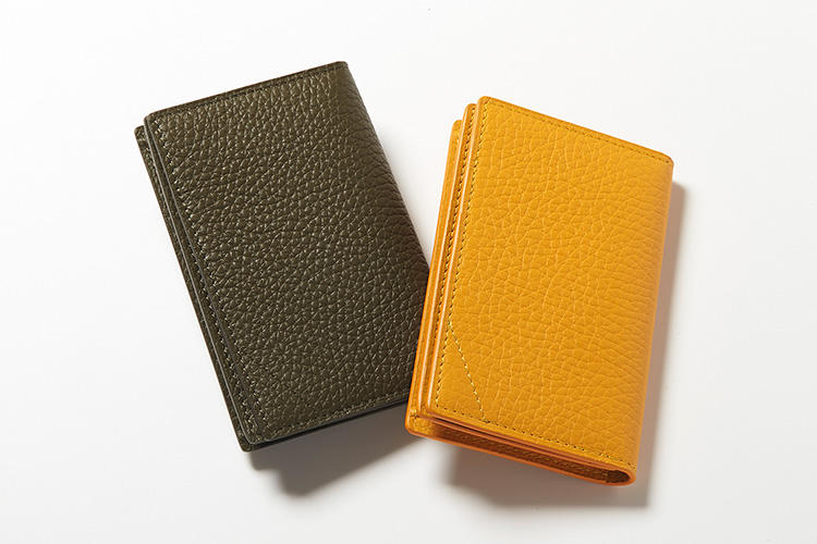 <strong>カミーユ・フォルネ</strong><br />「VERSO」(ヴェルソ)シリーズの名刺入れは、高級牛革の外装とアリゲーターのポケットという組み合わせがセンスを感じさせる。フランスらしい中間色は、春の新色で限定カラー。主張が強すぎず好感が持てる。縦7.5×横11.5cm。各7万円(カミーユ・フォルネ銀座ブティック)