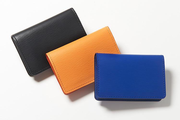 <strong>ジャン・ルソー</strong><br />フランスの自社タンナーで加工した革を使い、職人がハンドメイドするこだわりで人気上昇中。型押しを施したエンボスカーフによる名刺入れは、IDカードやクレジットカードも入る大容量。縦7×横10×マチ1.5cm。各2万8500円(アトリエ ジャン・ルソー)