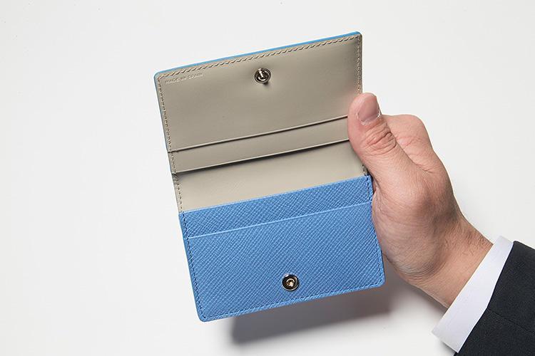 同・開けたところ<br />安心感のあるスナップボタン式。写真はブランドを象徴するナイルブルー。