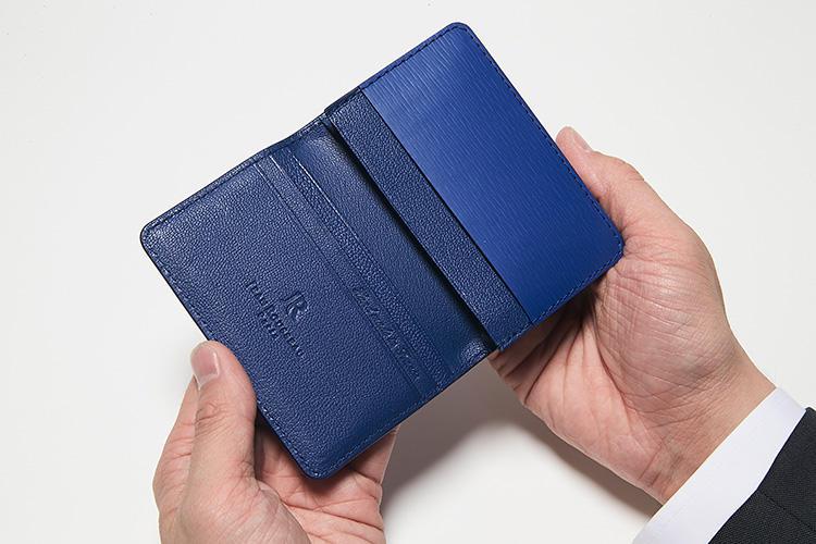 同・開けたところ<br />山羊革の内装も高級感がある。メインポケット1つ、マチなしポケット3つを装備。