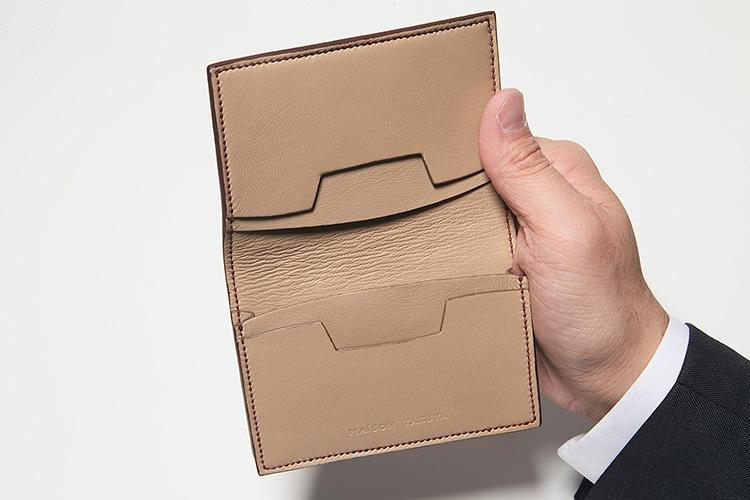 同・開けたところ<br />ポケットにはカーブやカッティングが機能的に施され、名刺を取り出しやすくなっている。