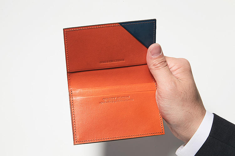 同・開けたところ<br />オレンジの内装が印象的。40〜50枚ほど収納可能。コーナーには、便利なクイックポケットも付いている。