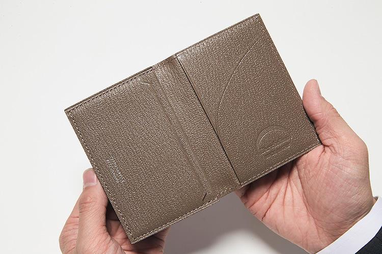 同・開けたところ<br />メインポケット1つ、マチなしポケット2つ、丸くカットしたバインダー1つとバリエーションに富んだ収納で、大量の名刺を小分け収納できる。