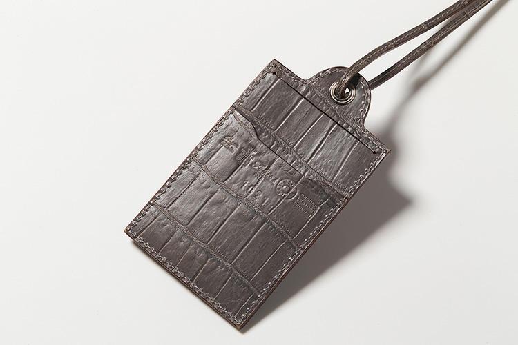 <strong>4.フェリージ</strong><br />縦型が珍しい「IDケース」。本体とストラップは共にクロコダイルの型押しレザーで統一され、高級感がある。表面にはクリアケース、裏面にはカードポケットが備わり、名刺や定期券を入れるのにも好都合だ。縦12.5×横7cm。1万9000円(フェリージ 青山店)