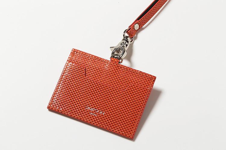<strong>3.シンプソン・ロンドン</strong><br />カーボンレザーの陰影が美しい英国発のIDケースは、前面に窓ポケット1つ、背面にカードポケット1つを装備。ストラップを外せば、パスケースやカードケースとしても使用できて使い勝手がいい。縦7×横9.5cm。1万2000円(MIYAKE)