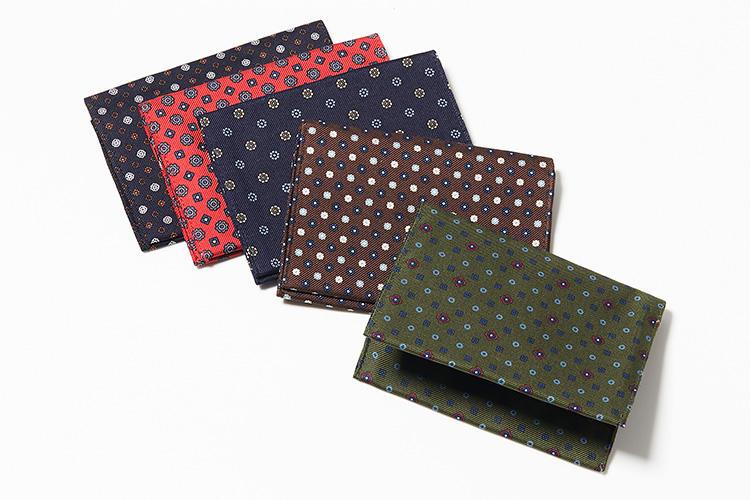 <strong>マリネッラ</strong><br />ネクタイと同じシルク100%の小紋柄生地による、センスを感じる名刺入れ。布帛製なのでとにかく軽く、ジャケットの胸ポケットに挿せばチーフ代わりにもなる。縦8×横11.5cm。各1万3000円(マリネッラ ナポリ 東京ミッドタウン)