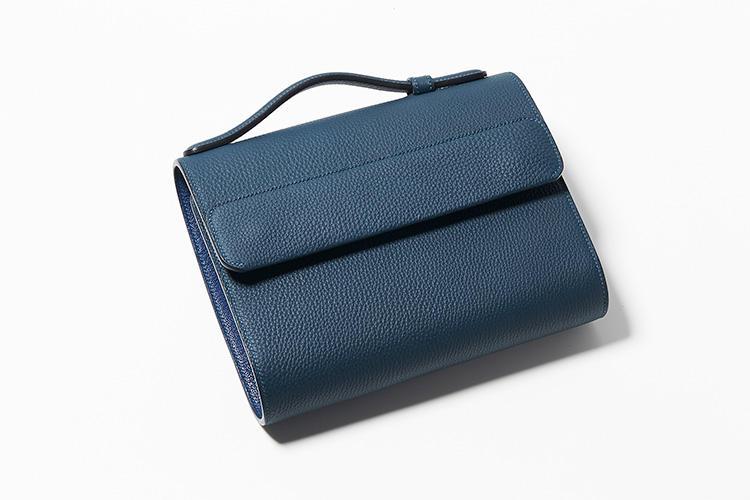 <strong>メゾンタクヤ</strong><br />バッグに見えて、実は名刺入れ、財布、ポーチを兼ねた「マルチ・オーガナイザー」は、仕事のできる優秀なビジネスマンを演出。システム手帳のようなリング式なので、自分仕様に入れ替えることもできる。縦16.5×横21.5×マチ7cm。18万5000円(ファーレ)