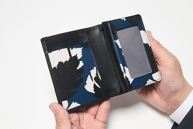同・開けたところ<br />奥二つの「ガセット・カード・ケース」には、IDウインドウを含むカードポケット5つ付き。