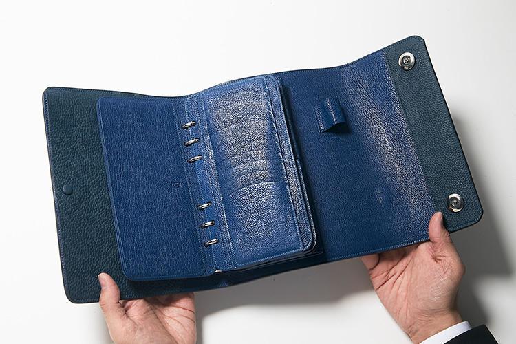 同・開けたところ(1)<br />名刺やカード類を機能的にしまえるポケットも多数。