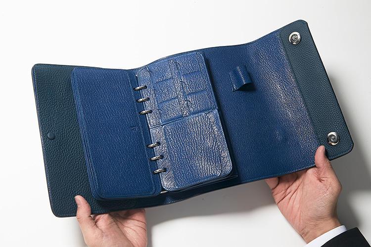 同・開けたところ(2)<br />SDカードの専用ポケットも搭載。