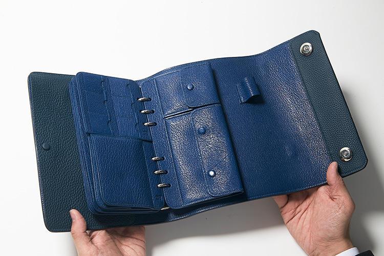 同・開けたところ(3)<br />フラップ付きポケットには、絡まりがちなイヤホンや紛失しがちなジュエリーなど、細々としたものをすっきり収納できる。
