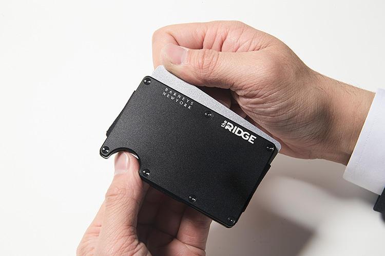 同・入れ方<br />くぼみを指で一押しするだけで、名刺をスムーズに取り出し可能。金属プレートのおかげで、ヨレや折れとも無縁だ。