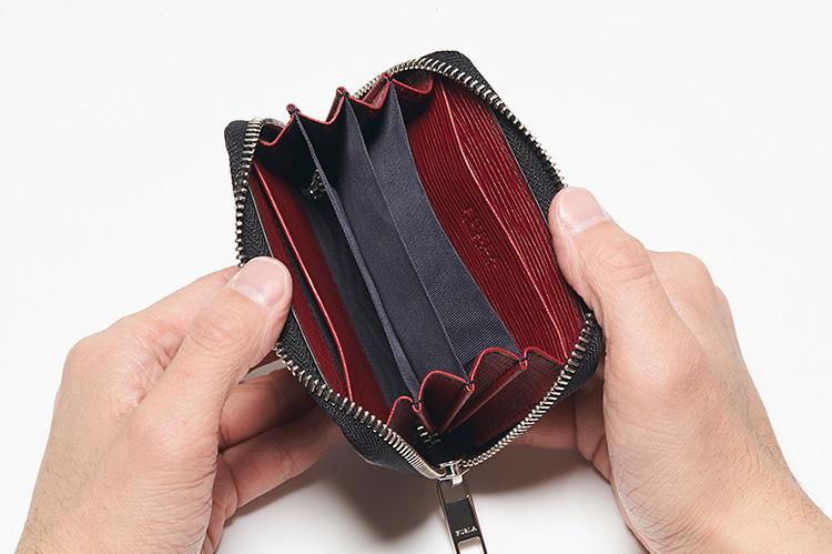 同・開けたところ<br />4つのコンパートメントは、各種カードを整理収納したり、コインや紙幣を収納するウォレットとしても使える。