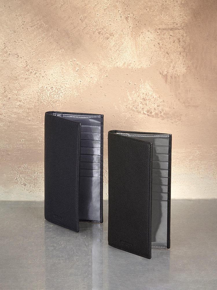上質なカーフレザーのシンプルな長財布。 内側はシルバーレザーなど、光沢感あるレザー を配したデザインになっている。8万8000円