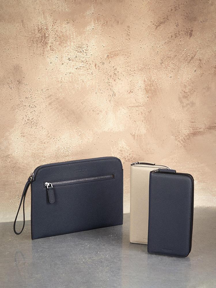 上質なカーフレザーのシンプルなデザインで、出し入れもスムーズなフルジップの長財布。 内側はシルバーレザーなど、光沢感あるレザー を配したデザインになっている。クラッチバッグもあり。カーフクラッチバッグ 9万4000円、カーフジップ長財布 10万5000円