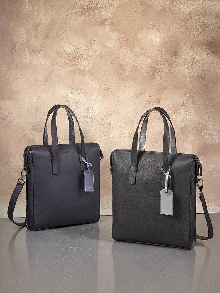 スリムなデザインのトートバッグはビジネス ユースにも最適。ネームタグには、 ポイントに、メタリックカラーの光沢感あるレザーを使用。カーフトートバッグ31万円