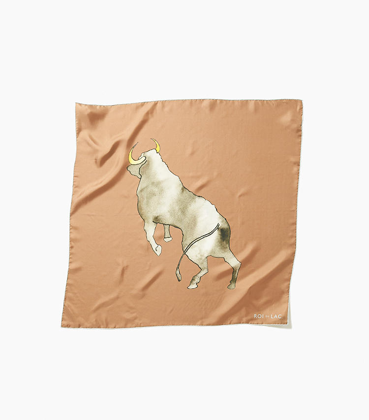 <b>10.ロイ デュ ラックのプリントスカーフ</b><br />力強い牛をプリントしたロイドゥラックのシルクスカーフ。一見派手な大柄だが、襟元に巻いたり垂らしたりすると良きニュアンスになる。大きすぎず小さすぎないサイズもアレンジしやすい。72×72cm。2万8000円(エリオポールメンズ銀座)