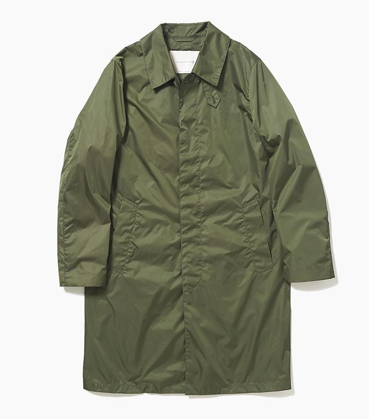 <b>15.マッキントッシュのカーキコート</b><br />薄くて軽くて小さく折り畳めるナイロンコートは、一着あるとシーズン着られて旅先でも重宝。シャカシャカ音がしない生地感も大人好み。深みのあるミリタリーグリーンカラーは、カジュアルにはもちろん、スーツに羽織って通勤にも使いやすい。8万9000円(エリオポールメンズ銀座)